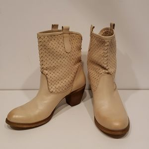 NWOT Italian Hand Made Cream Leather Ankle Boots